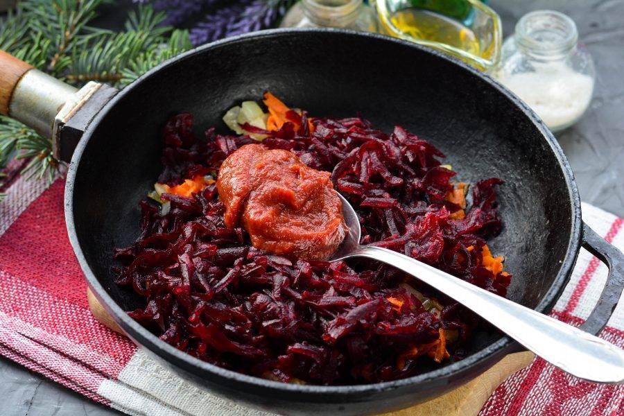 Следом добавьте томатную пасту и специи.