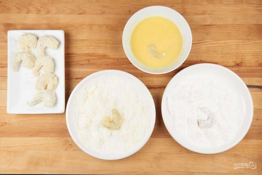 4. Подготовьте 3 тарелки. В одну всыпьте муку, во вторую — кокос, в третьей взбейте яйца. Подготовленные креветки вначале макните в муку, потом — в яйца, а затем — в кокос.