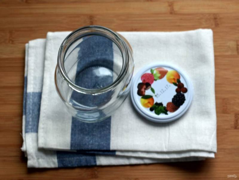 При горячем розливе очень важна чистота банок. Стерилизовать стеклянную тару лучше всего в духовке или микроволновке. Стерилизацию паром лучше оставить для других заготовок с заливкой: рассолом или маринадом. А под горячий розлив банки должны быть сухими и хорошо прогретыми, чтобы не лопнули при наполнении.