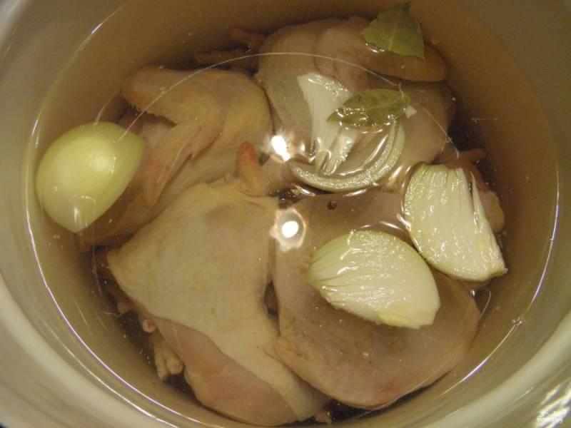 Залейте водой так, чтобы она покрывала мясо на 2-3 см. Солить холодец нужно в конце варки. Поставьте на плиту кастрюлю, доведите до кипения, а затем варите на очень медленном огне под крышкой не менее 4-5 часов.