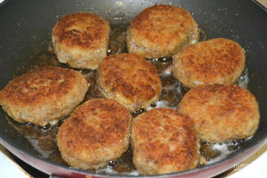 7.Разогрейте сковороду с оливковым маслом на среднем огне, выложите на сковороду котлеты. Обжарьте их до золотистого цвета с каждой стороны.