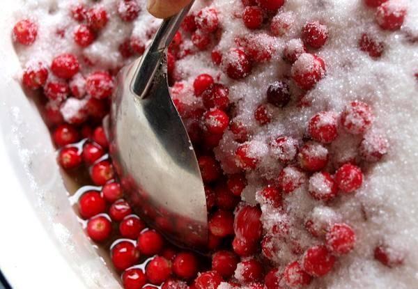Как только сахар немного подтает, а яблоки пустят сок, ставим посуду с ягодами и фруктами на огонь.