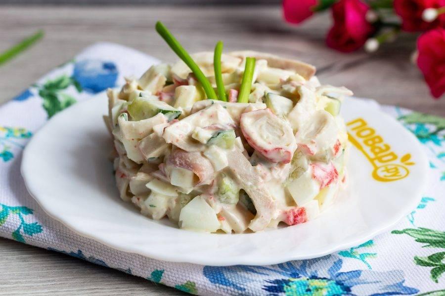 Подавайте салат в общем салатнике или порционно. Приятного аппетита!