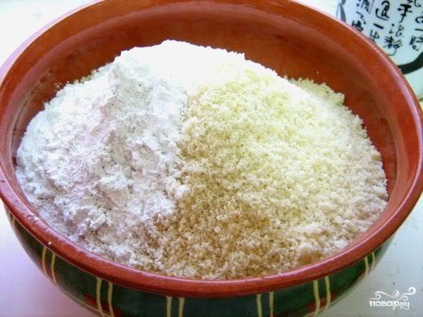 2.Орехи подсушиваем на сковороде, измельчаем практически до состояния муки, пересыпаем в миску и соединяем с сахарной пудрой, кардамоном и гвоздикой. Все перемешиваем.