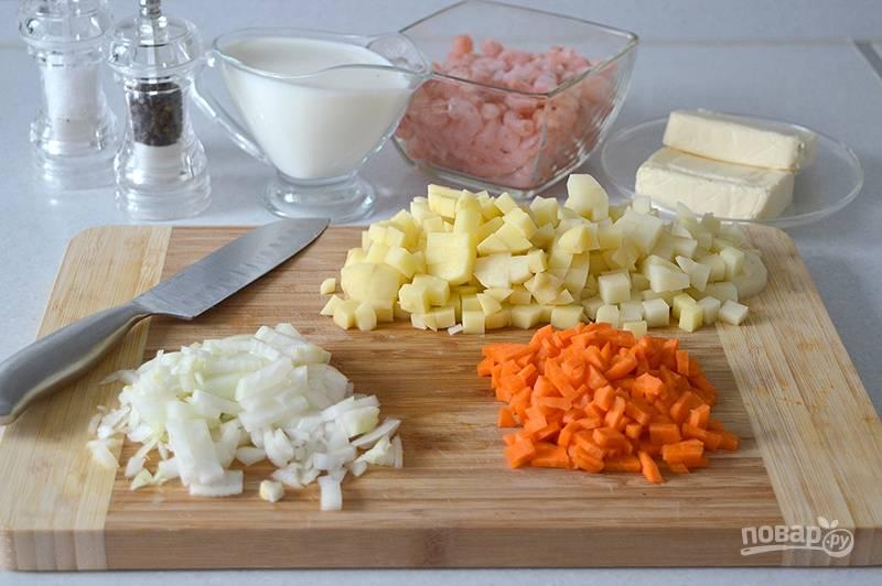 Овощи промываем и очищаем. Нарезаем кубиками картофель и морковь. Лук измельчаем.