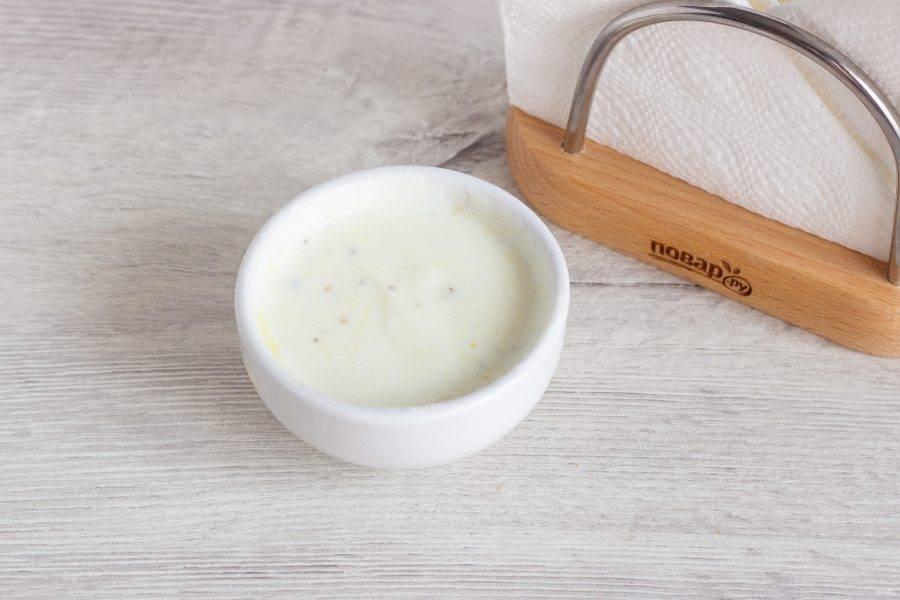 Чеснок очистите, помойте и порубите. Смешайте все ингредиенты для соуса. Посолите и поперчите по вкусу.