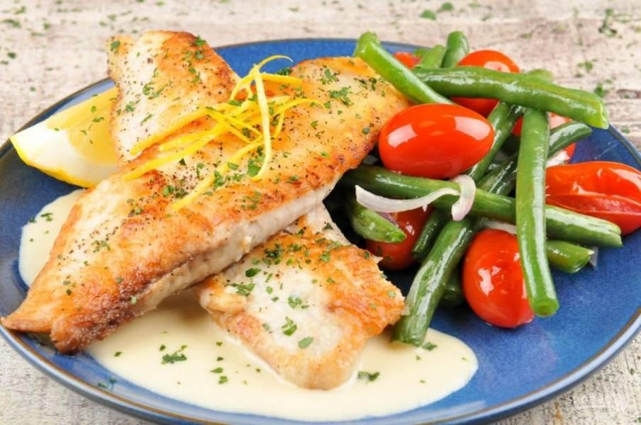 6. Подавайте камбалу с гарниром, полив рыбу соусом и посыпав цедрой. Приятного аппетита!