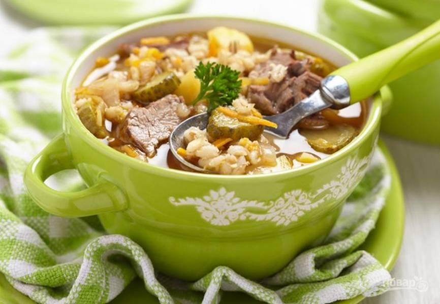 4.Доведите суп до вкуса солью и черным молотым перцем. Попробуйте все ингредиенты на готовность и выключайте рассольник. Подавайте блюдо горячим, можно со сметаной или зеленью.