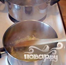 4.Варите бульон 15-20 минут, изредка помешивая, при этом старайтесь не раздавить овощи.