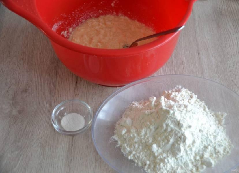 Добавьте к сахарно-масляной смеси муку и разрыхлитель.