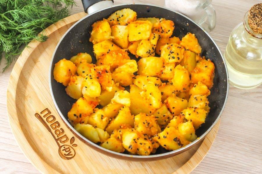 Обжарьте примерно 4-6 минут до румяности, перемешивая несколько раз, чтобы не превратить картофель в пюре.