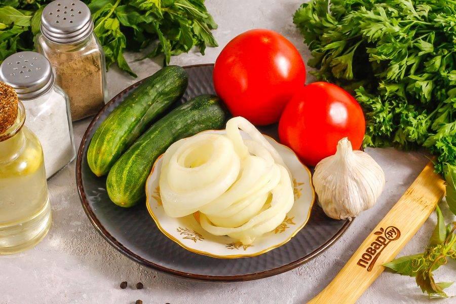 Подготовьте указанные ингредиенты. Огурцы выбирайте не горькие, без плотной кожуры и семян.