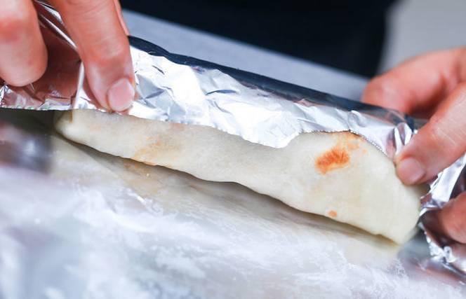 3. Обжариваем каждый порционный рулет, а затем аккуратно заворачиваем его в фольгу или пекарскую бумагу, плотно фиксируя с одной стороны.