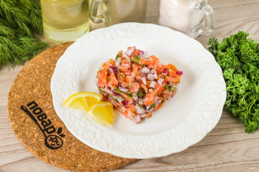 Выложите приготовленный тартар в сервировочное кольцо или квадрат на тарелку. Квадрат аккуратно удалите и украсьте блюдо по вкусу.