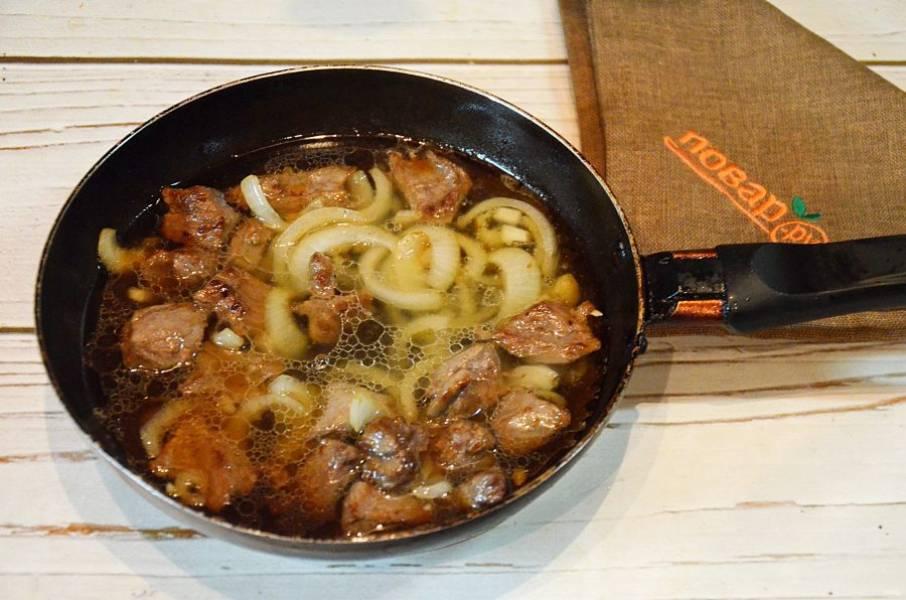 5. Добавьте воду, убавьте огонь и тушите на небольшом огне около часа. Посолите мясо в самом конце.