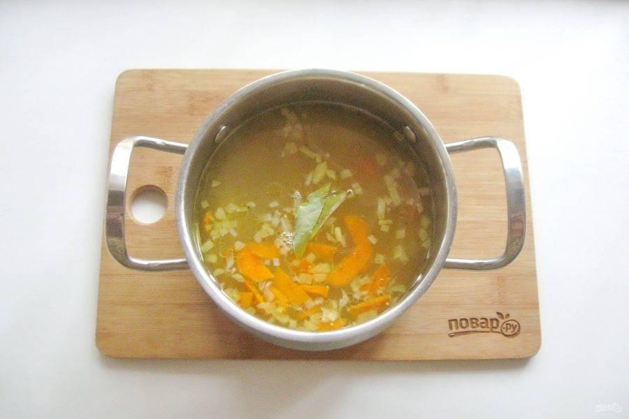 Добавьте лавровый лист и варите суп до готовности  овощей и пшена.