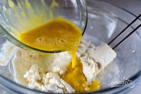 3. Отдельно взбейте яйца, влейте в мисочку.