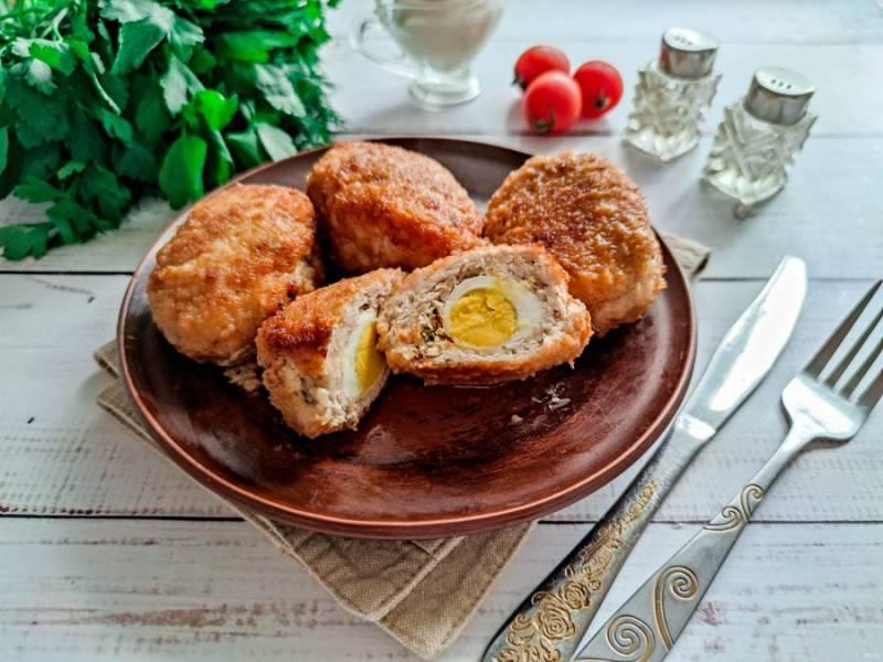 Котлеты с перепелиным яйцом внутри готовы. Приятного аппетита!