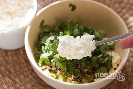 3. Вымойте и измельчите зелень. Соедините ее с авокадо и творогом. Добавьте соль и перец. Взбейте блендером в однородное пюре.