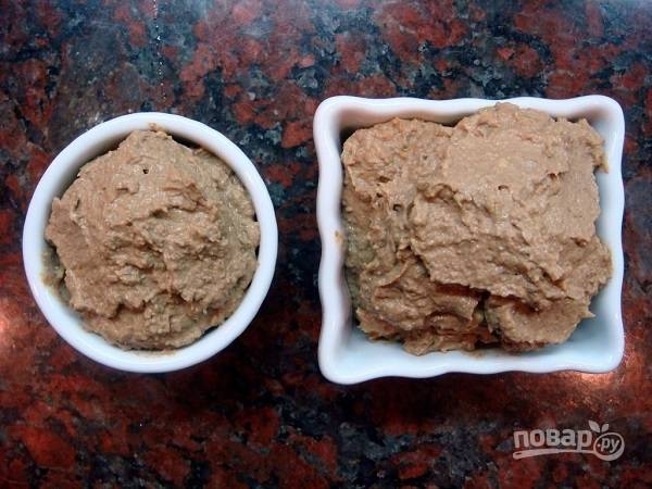6. В готовую печень добавьте оставшееся сливочное масло и измельчите в блендере. Оставьте печеночный паштет до полного остывания.  Приятного аппетита!