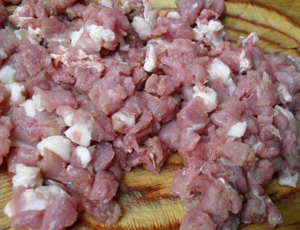 Мясо моем и нарезаем на маленькие кусочки.