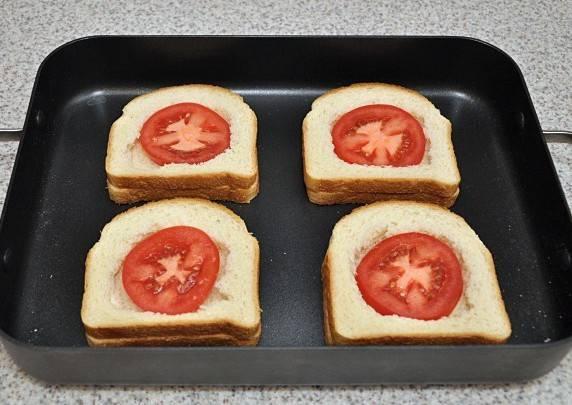 Теперь в дырочки начинаем выкладываем начинку, сначала выкладываем по кружочку помидора.