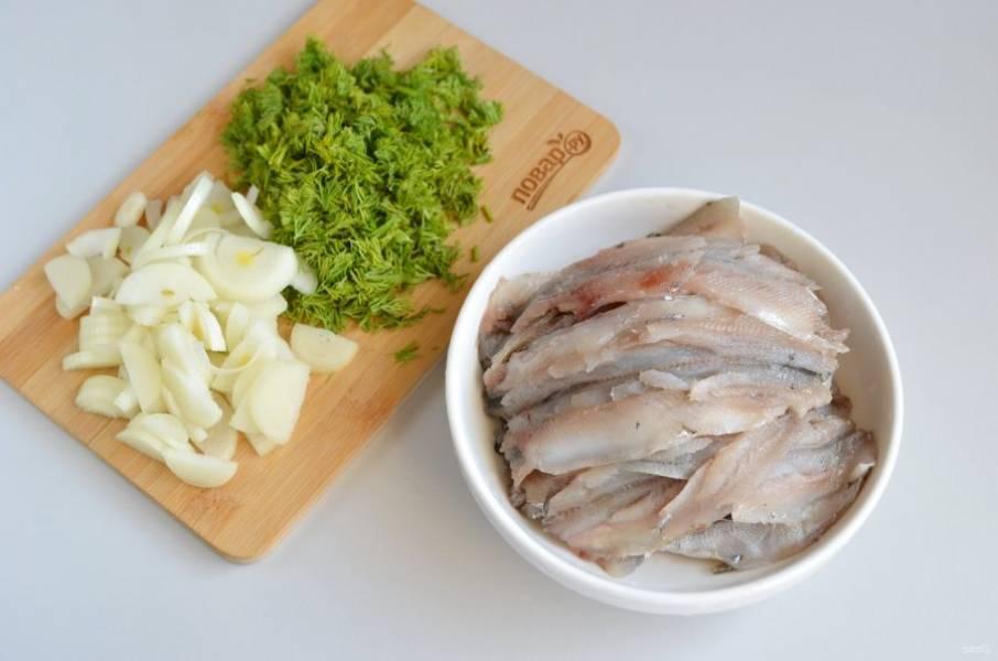 6. Тем временем, пока тесто подходит, нужно приготовить начинку.  Вымойте рыбку, удалите головы, хребты, плавники, внутренности. Укроп мелко порубите. Лук очистите,  порежьте тонко полукольцами.