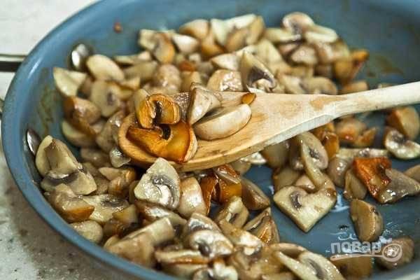 Посолите грибы и обжаривайте 5-7 минут до красивого золотистого цвета.