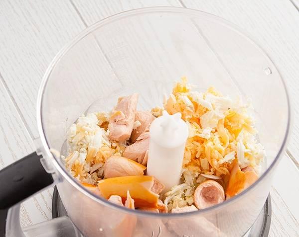 3. Теперь отправляем в блендер сосиски, обжаренный лук, натертый сыр и яйца. Измельчаем все до состояния паштета.