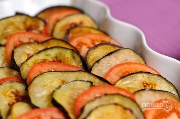 13. Оставшиеся баклажаны и помидоры выложите верхним слоем, чередуя друг с другом. Когда все готово, отправьте форму в разогретую до 180 градусов духовку.