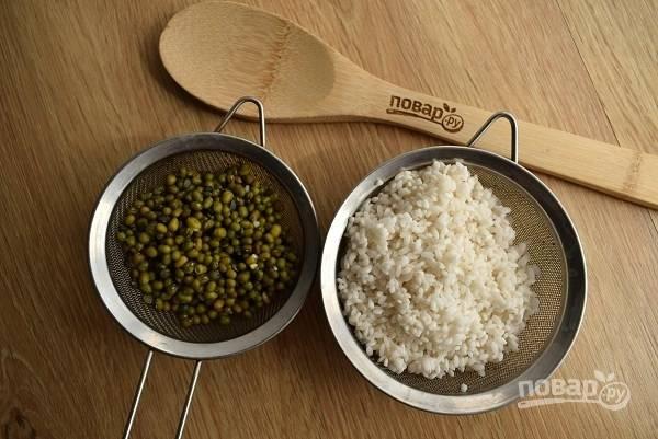 Рис и маш промойте в прохладной воде, откиньте на сито. Добавьте в кастрюлю рис, доведите до кипения, добавьте маш. Варите около 20 минут до мягкости маша.