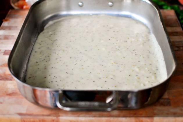 7. На дно жаропрочной формы выложить немного соуса.