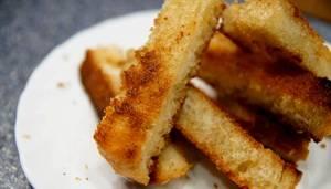 4. Когда чуть остынет - можно порезать хлеб еще мельче, чтобы в точности получились такие же брусочки, как и из баклажана.