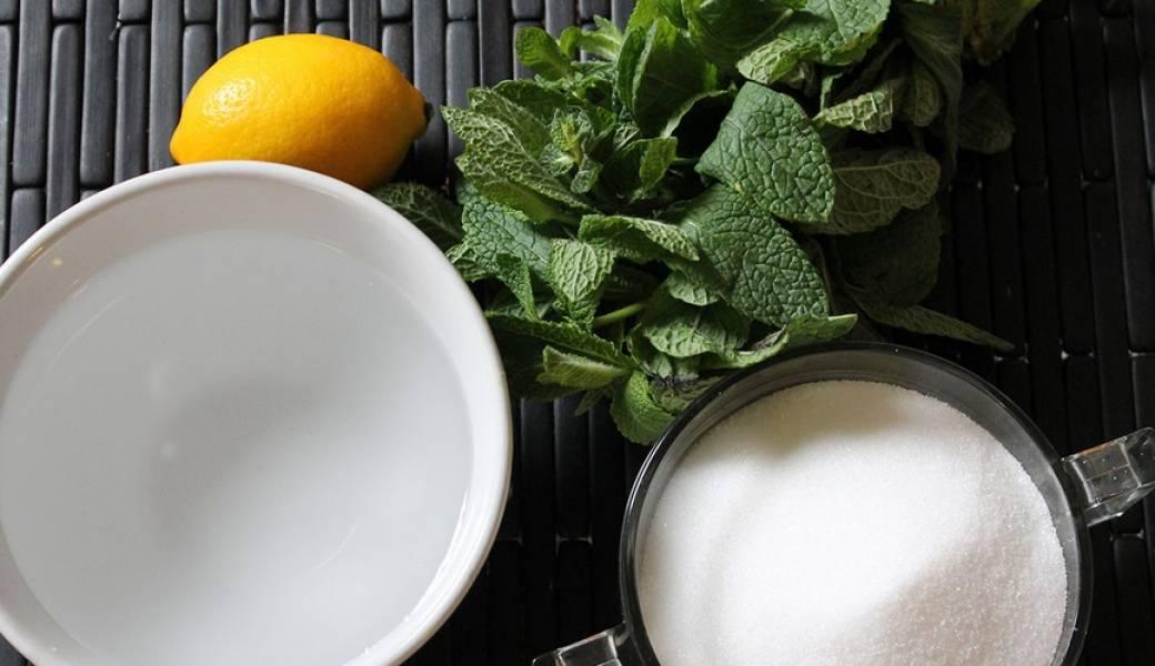Сначала готовим сироп. Для этого берем воду, сахар, лимон и мяту.