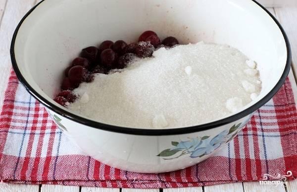2. Засыпьте сахар, накройте чистым полотенцем или марлей и оставьте на ночь. Нам нужно, чтобы ягоды пустили сок, а сахар полностью растворился. Лучше держать ягоды с сахаром не в жарком месте, чтобы они не успели забродить.