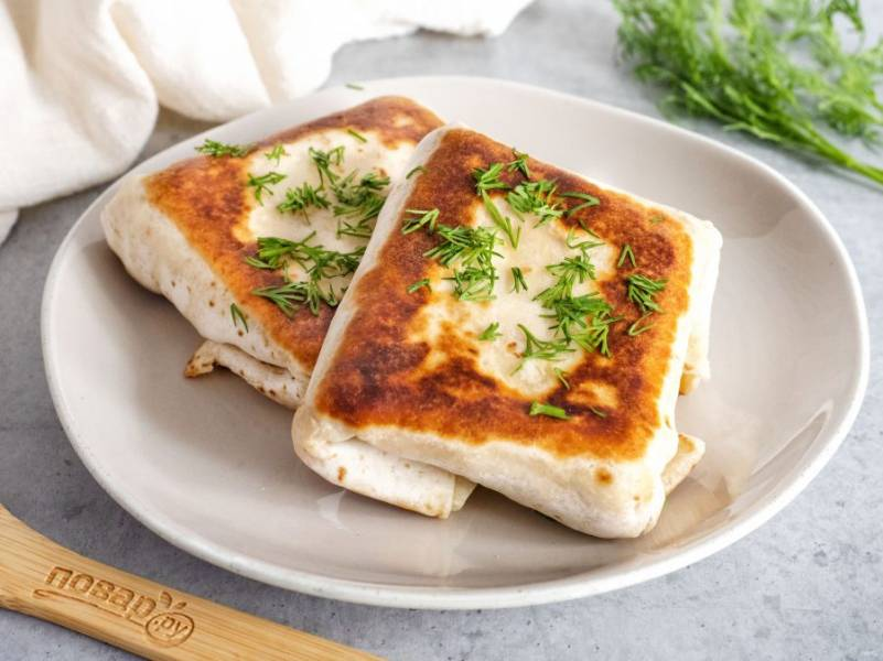 Подавайте к столу сразу горячими или теплыми, чтобы сыр был тягучим. Приятного аппетита!