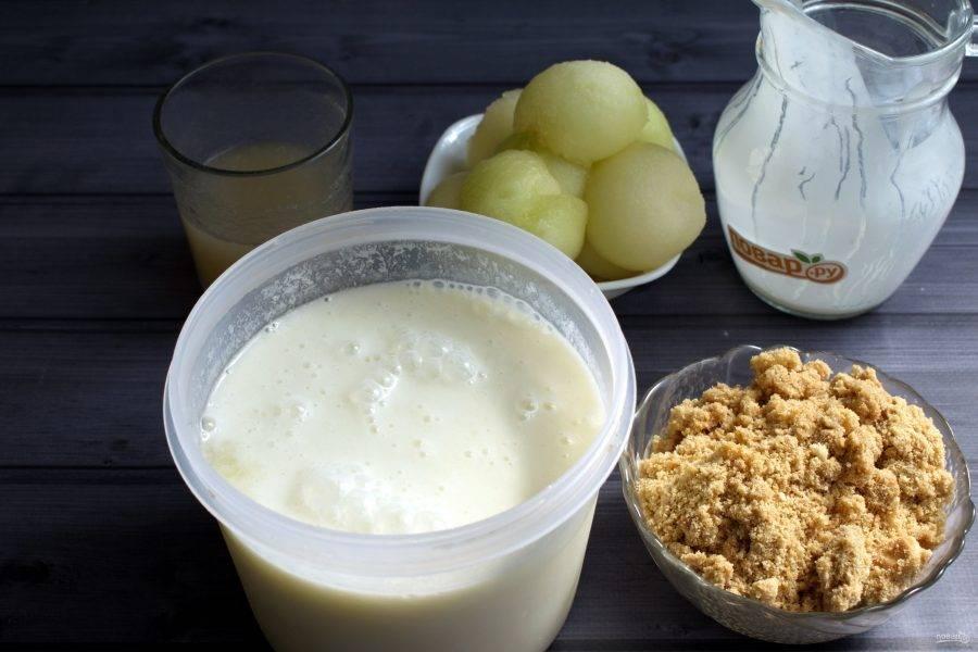 Добавьте к дыне йогурт, взбейте блендером до однородности. Печенье измельчите с помощью блендера в крошку.