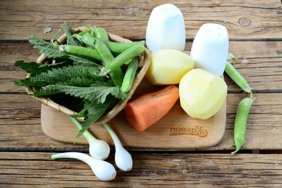 Подготовьте все необходимые ингредиенты. Овощи очистите и ополосните. Крапиву выбирайте молодую и свежую, так вкус супа получится наиболее ярким и насыщенным.