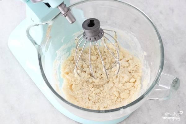 2. В отдельной мисочке соедините муку, соль, разрыхлитель и сахар. Добавьте размягченное сливочное масло и начните перемешивать.
