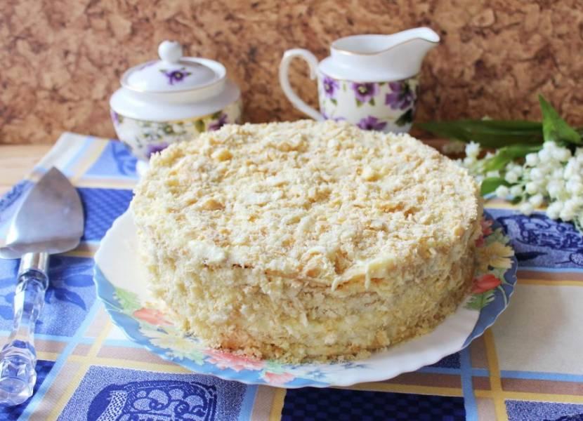 Один корж измельчите в крошку и посыпьте ей верх и бока торта. Рубленый торт готов. Дайте ему пропитаться 10-12 часов.
