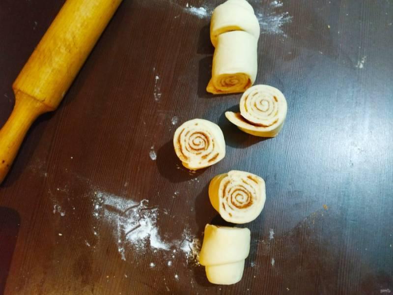 Сверните тесто в трубочку и разрежьте на одинаковые кусочки.