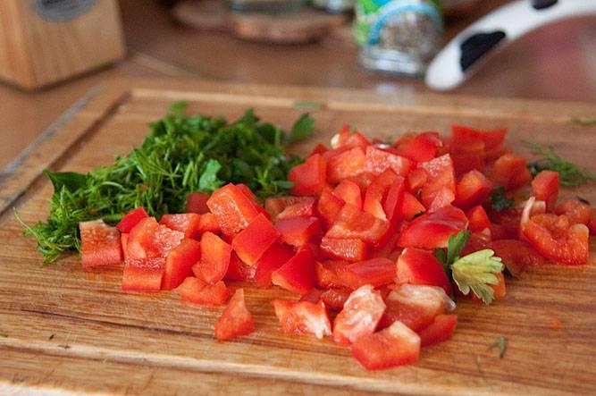 За 10 минут до окончания приготовления, добавляем в суп мелко порезанный перец и зелень + специи, соль по вкусу.