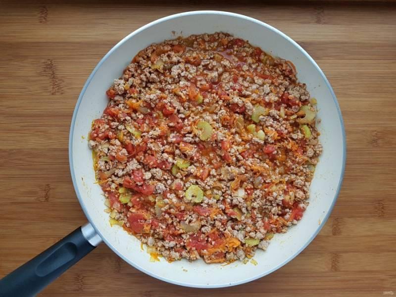 Верните фарш с овощами на огонь и добавьте нарезанные помидоры вместе с соком. Тушите пока лишняя жидкость не испарится, около 15 минут.