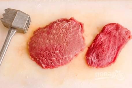 Нарезаем мясо говядины на ломтики толщиной 1-1,5 см и слегка отбиваем.