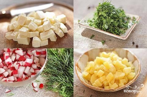 Далее мелкими кубиками режем редис, адыгейский сыр и отваренный картофель. Зелень мелко шинкуем. Все ингредиенты складываем в салатницу.