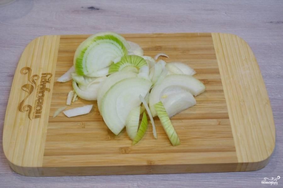 Репчатый лук нарезаем тонкими полукольцами. Сильно мельчить овощи нет смысла.