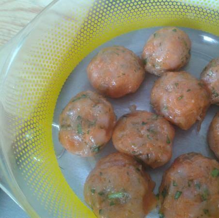 2. Формируем тефтели и отправим в духовку немного порумяниться. Тем временем сделаем соус из сметаны, томатного сока и специй.
