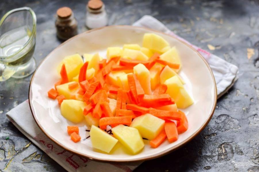 Морковь очистите и сполосните, нарежьте морковь продолговатыми брусками. Добавьте к картофелю.