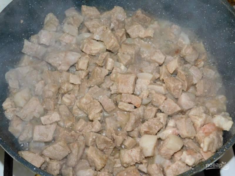 Свинину нарежьте и обжарьте до румяной корочки на сильном огне.