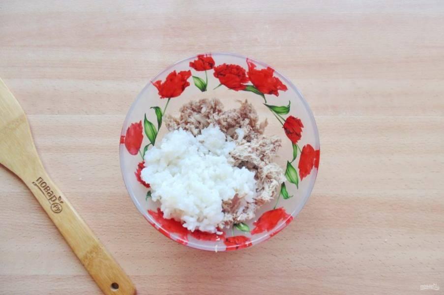 Пока тесто подходит, приготовьте начинку для пирожков. В миску выложите отварной рис и измельченную отварную курицу.